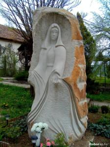 Kozárd Mária szobor